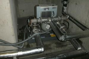 配管内の空気を抜きながら圧力が上がるのを確認後、保温カバーを取り付けて作業完了です。