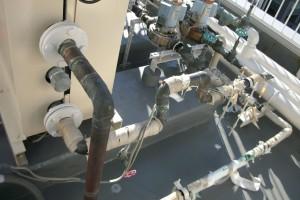 配管部分など、保温材が劣化していますね。