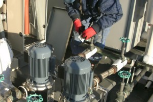 各配管の接続が終了後、仕上げに保温材を巻いていきます。