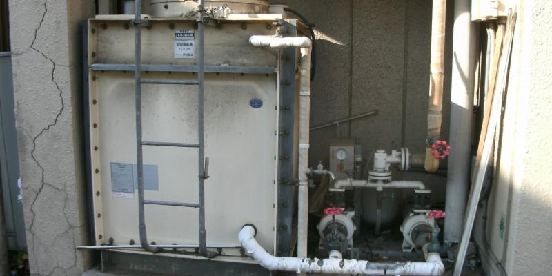 旧ポンプです、左手に貯水槽があります。この貯水槽からポンプで加圧して各戸へ給水しています。