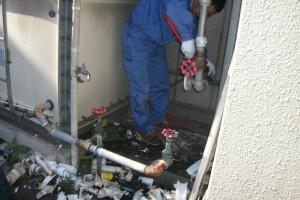 旧ポンプを撤去し、新ポンプに合うよう配管の位置を直していきます。