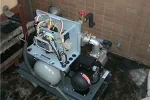 新しいポンプを設置後、配管や配線などを接続していきます。