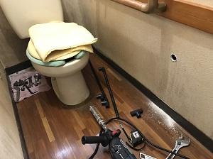 壁を経由して洗面台へ