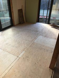 床暖房取り付け前の床板