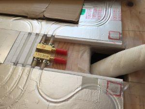 温水チューブとパネルの接続口