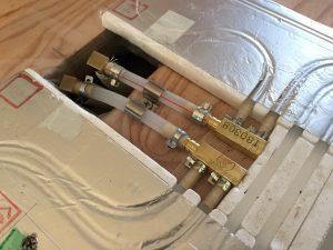 温水チューブとパネルを接続